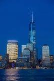 Horizonte de Manhattan del jersey en el crepúsculo, Nueva York Foto de archivo