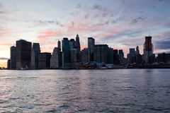 Horizonte de Manhattan después de la puesta del sol Fotos de archivo libres de regalías