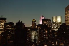 Horizonte de Manhattan durante crepúsculo en New York City Foto de archivo libre de regalías