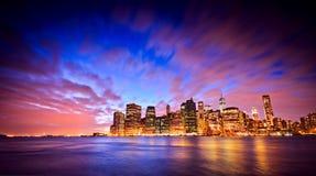 Horizonte de Manhattan en el crepúsculo fotografía de archivo