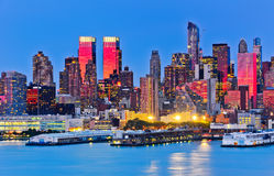 Horizonte de Manhattan en el crepúsculo fotografía de archivo libre de regalías