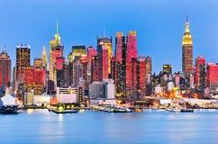 Horizonte de Manhattan en el crepúsculo imágenes de archivo libres de regalías