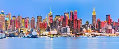 Horizonte de Manhattan en el crepúsculo imagenes de archivo