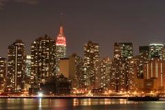 Horizonte de Manhattan en la noche Foto de archivo libre de regalías