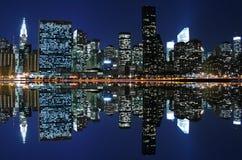 Horizonte de Manhattan en la noche foto de archivo
