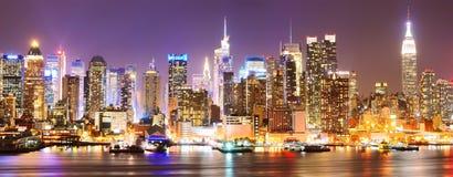 Horizonte de Manhattan en la noche imagen de archivo libre de regalías