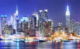 Horizonte de Manhattan en la noche imágenes de archivo libres de regalías