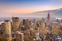 Horizonte de Manhattan en la oscuridad imagen de archivo libre de regalías