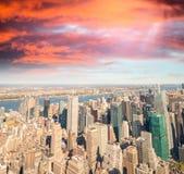 Horizonte de Manhattan en la oscuridad Silueta del hombre de negocios Cowering Fotos de archivo