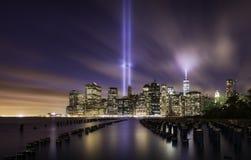 Horizonte de Manhattan, luces del tributo 9-11 Imágenes de archivo libres de regalías