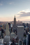 Horizonte de Manhattan, NY en la oscuridad (vertical) Fotografía de archivo