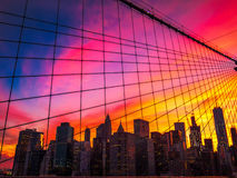 Horizonte de Manhattan a través del puente de Brooklyn en la puesta del sol fotografía de archivo libre de regalías