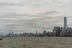 Horizonte de Manhattan visto del agua Fotos de archivo libres de regalías