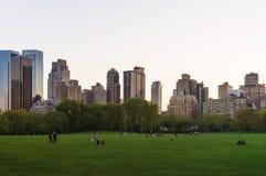 Horizonte de Manhattan y césped verde en el Central Park NYC del oeste fotos de archivo libres de regalías