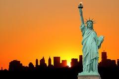 Horizonte de Manhattan y la estatua de la libertad Imagen de archivo libre de regalías