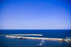 Horizonte de mar con el dique Imagen de archivo