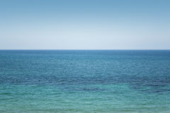 Horizonte de mar llano con el cielo claro Imagen de archivo libre de regalías