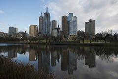 Horizonte de Melbourne CBD reflejado en el río de Yarra, Melbourne, septiembre de 2013 imágenes de archivo libres de regalías