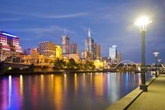 Horizonte de Melbourne en el crepúsculo Imágenes de archivo libres de regalías