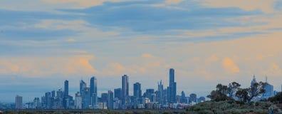 Horizonte de Melbourne en la salida del sol Imagen de archivo libre de regalías