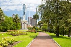 Horizonte de Melbourne a través de la reina Victoria Gardens Fotos de archivo libres de regalías
