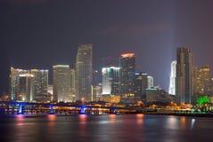 Horizonte de Miami Bayfront en la noche Foto de archivo libre de regalías