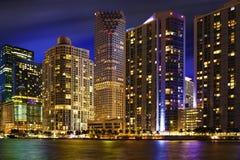 Horizonte de Miami en la noche fotos de archivo
