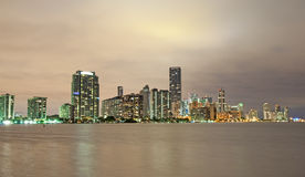 Horizonte de Miami en la noche Imágenes de archivo libres de regalías