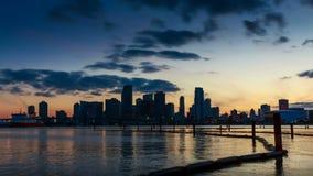 Horizonte de Miami en la oscuridad con las nubes que pasan cerca almacen de video