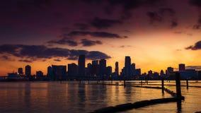 Horizonte de Miami en la oscuridad con las nubes que pasan cerca almacen de metraje de vídeo