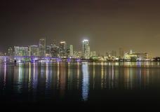 Horizonte de Miami por noche imagen de archivo libre de regalías
