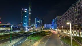 Horizonte de Milán con los rascacielos modernos en hyperlapse del timelapse de la noche del distrito financiero de Porta Nuova en metrajes