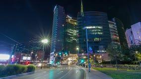 Horizonte de Milán con los rascacielos modernos en hyperlapse del timelapse de la noche del distrito financiero de Porta Nuova en almacen de metraje de vídeo