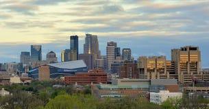 Horizonte de Minneapolis con el estadio del banco de los E.E.U.U. de los Minnesota Vikings Imágenes de archivo libres de regalías