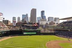 Horizonte de Minneapolis del campo de la blanco Foto de archivo libre de regalías