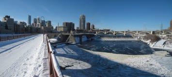 Horizonte de Minneapolis en el invierno Fotos de archivo