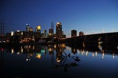 Horizonte de Minneapolis en la noche Fotografía de archivo libre de regalías