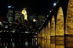 Horizonte de Minneapolis en la noche Foto de archivo libre de regalías