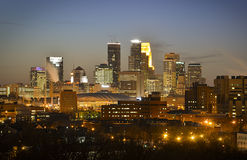 Horizonte de Minneapolis en la puesta del sol Imágenes de archivo libres de regalías
