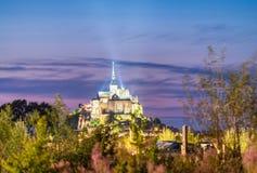 Horizonte de Mont Saint Michel en la noche, Francia Imagenes de archivo