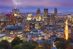 Horizonte de Montréal, Canadá del soporte real en la noche imagen de archivo libre de regalías