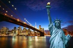 Horizonte de New York City con la estatua de la libertad imágenes de archivo libres de regalías
