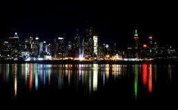 Horizonte de New York City en la noche foto de archivo