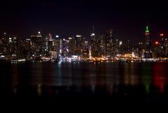 Horizonte de New York City en la noche imagen de archivo