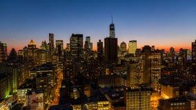 Horizonte de New York City en la oscuridad