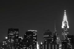 Horizonte de New York City en las luces de la noche Imagen de archivo libre de regalías