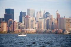 Horizonte de New York City en puesta del sol de la caída Fotos de archivo libres de regalías