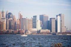 Horizonte de New York City en puesta del sol de la caída Imagen de archivo