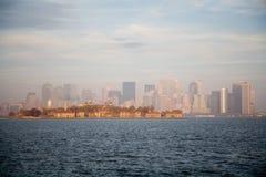 Horizonte de New York City en puesta del sol de la caída imágenes de archivo libres de regalías