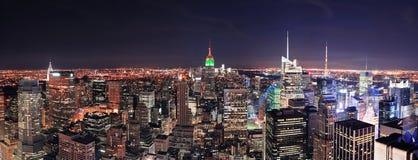 Horizonte de New York City Manhattan en la noche Fotos de archivo libres de regalías